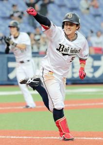 9回2死満塁、オリックス・小田はサヨナラ安打を放ちガッツポーズ