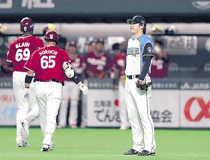 4回1死三塁、楽天・辰己の左犠飛でブラッシュ(左)の生還を許し、スコアボードを見つめる日本ハム・有原