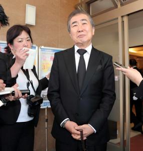 報道陣に囲まれ、木村進さんとの思い出を語る桂文枝