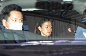 移送される大麻取締法違反の疑いで逮捕された女優の小嶺麗奈容疑者