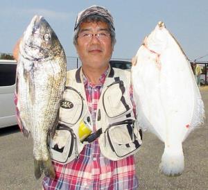 42.2センチのマコガレイを釣った阪神サーフ・田中さん
