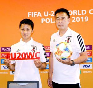 5月22日、ポーランド・ビドゴシチスタジアムで記者会見に出席したU-20日本代表の湘南MF斉藤未月(左)、影山雅永監督