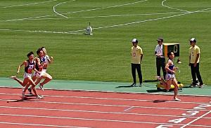 陸上の関東学生対校選手権男子1部1500メートル予選第3組で決勝進出を決めた東海大の館沢亨次(先頭)