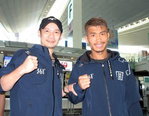 26日に中国で世界戦を控え、羽田空港出発前に取材に応じた有吉将之会長(左)と木村翔