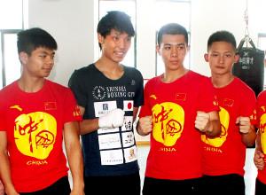 現地の少年たちに頼まれ、記念撮影におさまる久保隼(左から2人目)