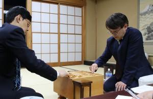 谷川浩司九段に勝利して通算1433勝を挙げた羽生善治九段(左)