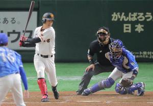 4回1死一、三塁、打者・田中俊太のとき、ボールが捕手・伊藤光の下半身に当たる