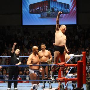 渕正信(右端)がジャンボ鶴田さんの「オーッ」ポーズを決める後ろで和田京平レフェリー(左端)も「オーッ」