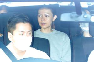 東京湾岸警察署から送検される小嶺麗奈容疑者(カメラ・小泉 洋樹)