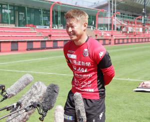 日本代表選出会見で笑顔を見せる札幌FW菅大輝