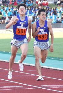 男子1500メートルで東海大・飯沢(左)は館沢に競り勝って優勝した(