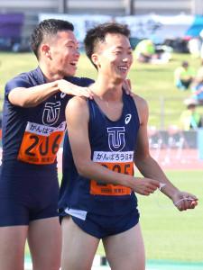 男子100メートルで優勝した東洋大・宮本(右)