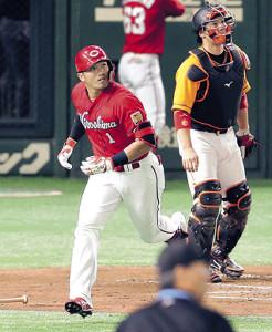 2回無死、中越えに同点本塁打を放つ鈴木(捕手・炭谷)