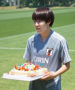 バースデーケーキを手に笑顔を見せるFW遠藤純
