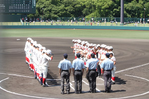 試合前に整列する智弁学園(右)と智弁和歌山の選手