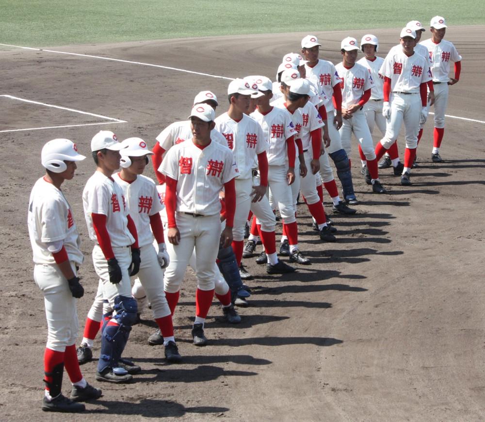 試合前に整列する智弁和歌山の選手