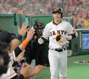 8回無死、右越えに本塁打を放ち、ナインに迎えられた山本泰寛