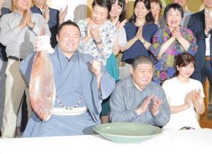 優勝し、鯛を手に笑顔の朝乃山と高砂親方(中)、惠夫人
