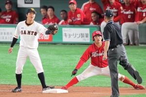 4回1死一、二塁、二塁走者・田中広輔が三盗し、アウトを主張する田中俊太(左)とセーフを主張する田中広輔(右)