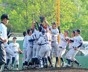 2季連続15度目のリーグ優勝を飾り、歓喜する星槎道都大ナイン