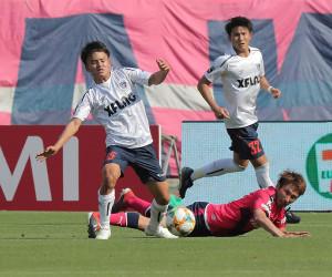前半、ボールを追う東京・久保建英(左)(カメラ・小梶 亮一)
