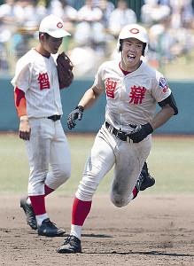 6回無死満塁、智弁学園・吉村(右)が右中間に同点となる満塁弾を放つ
