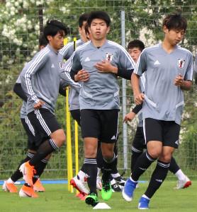 ポーランド・グディニャ近郊で練習するU−20日本代表FW宮代大聖(中央)