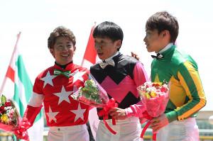 ダービー初出場の竹之下騎手(中)は、同期の酒井騎手(左)と池添騎手と記念撮影(カメラ・高橋 由二)