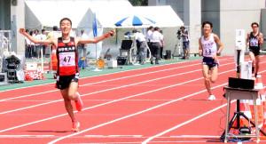 男子2部ハーフマラソンで優勝した国学院大・土方英和(左)