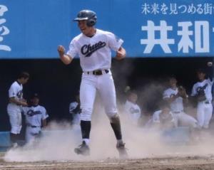 6回2死二、三塁、秋田中央・佐々木の右前二点適時打で二塁走者の利部が生還しガッツポーズ