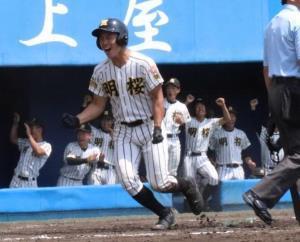 2回2死二、三塁。明桜の加藤主将(左)が二塁から生還し6点目を挙げガッツポーズ