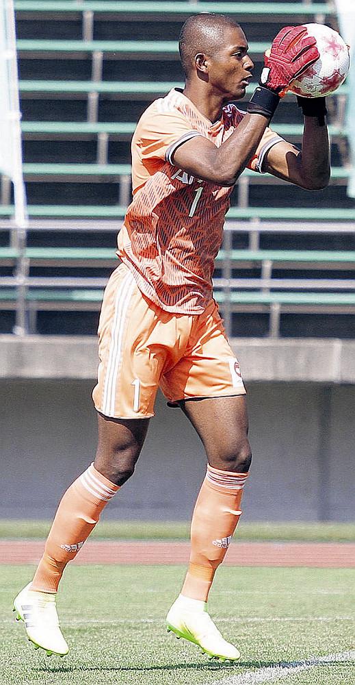 天皇杯の岩見沢教育大戦でボールを捕る、流通経大GKオビ・パウエルオビンナ