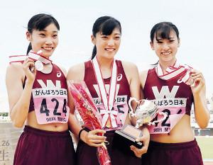 400メートル障害で表彰台を独占した早大の(左から)2位の関本、優勝の小山、3位の村上