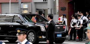 東京・六本木の炉端焼き店に到着したトランプ大統領専用車