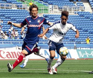 横浜M畠中と競り合う磐田MF田口(右)