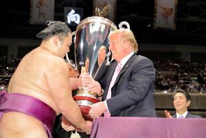大統領杯を朝乃山に手渡すトランプ大統領(右は安倍晋三首相)