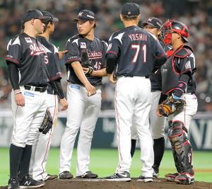 4月5日のソフトバンク戦(ヤフオクドーム)でマウンドに集まるロッテ投手陣と吉井投手コーチ(背番号71)