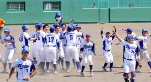 延長12回、サヨナラで優勝を決めて喜びを爆発させる東農大北海道ナイン