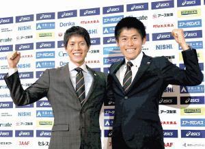 ドーハ世界陸上の代表に選出され肩を組んでガッツポーズする鈴木(左)と川内(カメラ・太田 涼)