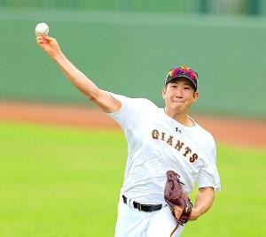菅野はジャイアンツ球場でキャッチボールし調整する(カメラ・生澤 英里香)