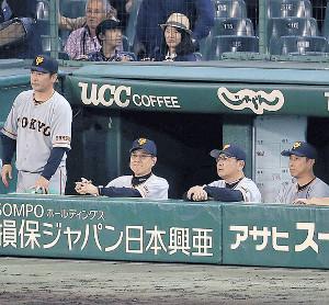 延長サヨナラで敗れ、険しい表情の原監督(左から2人目)ら(カメラ・宮崎 亮太)