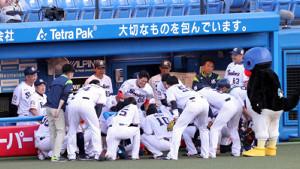 試合前の円陣で気合いを入れるヤクルトナイン(カメラ・佐々木 清勝)