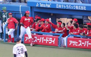 1回2死、バティスタが、右越えに先制のソロ本塁打を放ちナインに迎えられる   (カメラ・佐々木 清勝)