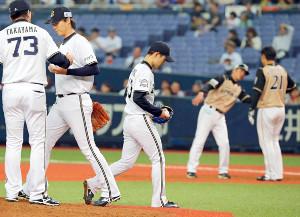 8回1死満塁、交代を告げてベンチに戻る山岡泰輔(中央)