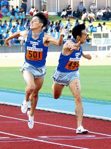 1部1500メートルは東海大ルーキー飯沢(左)が先輩の館沢に0秒01差で競り勝った