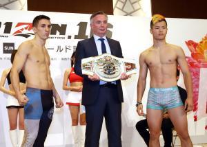 メインイベントで王座決定戦を行う那須川天心(右)と、マーティン・ブランコ(左=中央はISKAヨーロッパ代表のポールヘネシー氏)