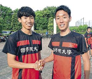 1万メートルで日本人トップの浦野(左)とハーフマラソン優勝の土方。国学院大ダブルエースはがっちり握手