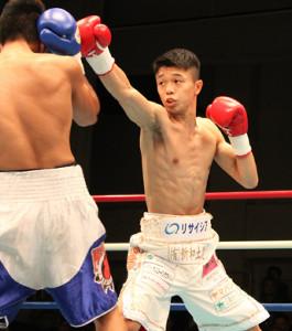 1回、右ジャブを放つ日本フライ級王者・中谷潤人