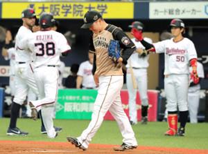 2回2死二、三塁、逆転の2点適時打を浴び肩を落とす生田目