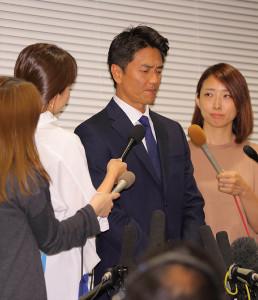 会見で女性リポーターに囲まれ神妙な面持ちの原田龍二(カメラ・森田 俊弥)
